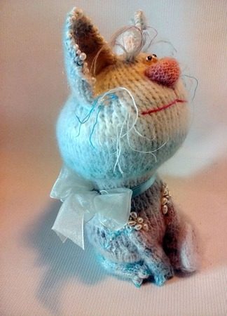 Кошечка Неженка жемчужная - вязаный сувенир ручной работы на заказ