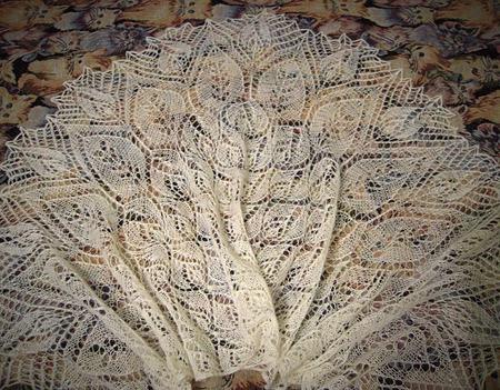 """Шаль """"Лепестки роз"""" (дизайн Ольги Бочкарёвой) ручной работы на заказ"""