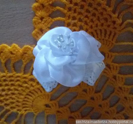 Белый бантик с розочкой-резинка для волос ручной работы на заказ