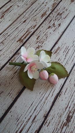 Брошь с цветами яблони ручной работы на заказ