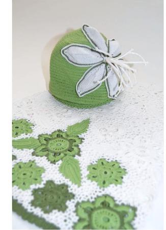 Шапка вязаная для девочки Белая Лилия на полянке ручной работы на заказ