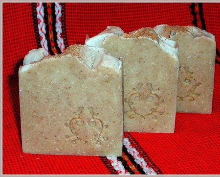 Натуральное мыло-скраб с оливковой косточкой и экстрактом артишока ручной работы на заказ