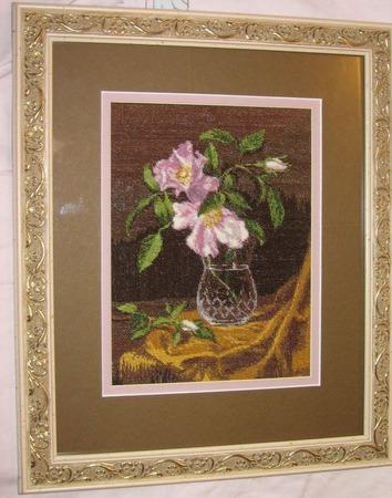 """Вышитая картина """"Ваза с кустовыми розами"""" ручной работы на заказ"""