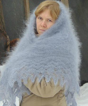 Ажурный пуховый сероголубой платок ручной работы на заказ