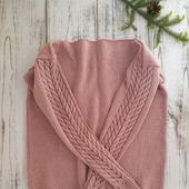 Пуловер с аранами на рукавах