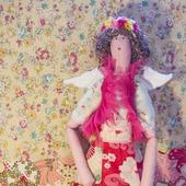 Текстильная кукла в цветочном веночке.