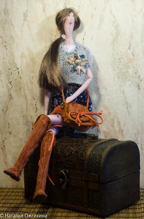 Текстильная кукла с брошью ручной работы на заказ