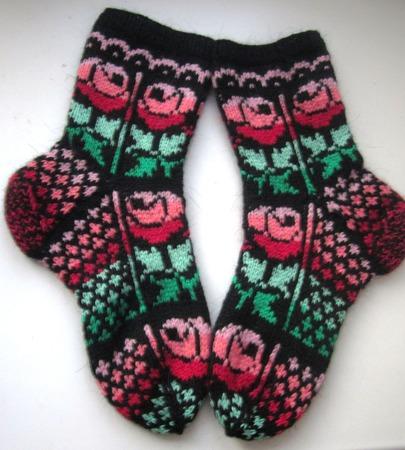 """Носки """"Розы на чёрном"""" подарок женщине на 8 марта ручной работы на заказ"""