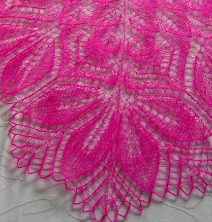 Ажурная шаль из тонкого итальянского кид-мохера Фуксия ручной работы на заказ