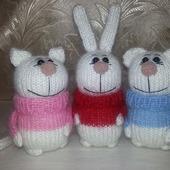 Зайка, киска и мишка в свитерах.
