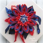 Брошь Красно-синий цветок в технике канзаши