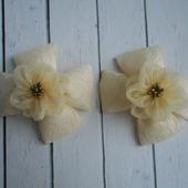 "Банты на резинке ""Бежевые цветы на кружеве"""