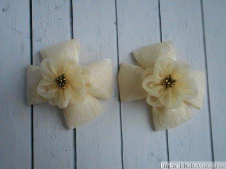 """Банты на резинке """"Бежевые цветы на кружеве"""" ручной работы на заказ"""