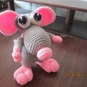 Мышь с розовыми ушами