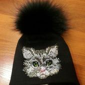 Зимняя шапочка с помпоном и стразами