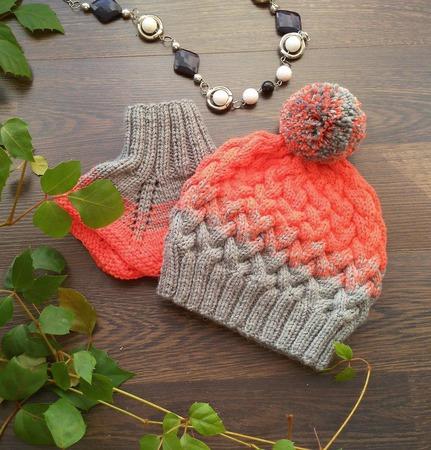Комплект - шапочка и манишка ручной работы на заказ