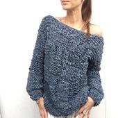 Модный вязаный свитер крупной вязки