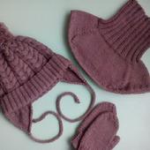 Вязаный комплект для детей : шапочка, манишка, варежки