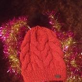 Вязанная шапка с крупными косами