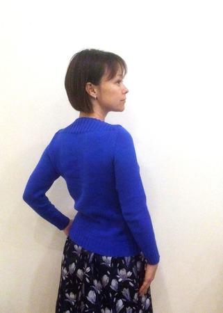Синий джемпер с вырезом лодочкой ручной работы на заказ