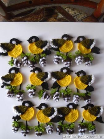 Вязаные аппликации  птицы на ветке ручной работы на заказ