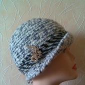 Шляпка женская вязаная крючком серо - белая.