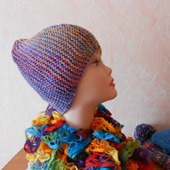 Шапочка вязаная спицами с ажурным шарфиком