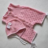 Чепчик и песочник для новорожденной малышки спицами.