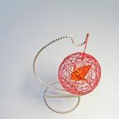 Декоративный шар из ниток с журавликом-оригами