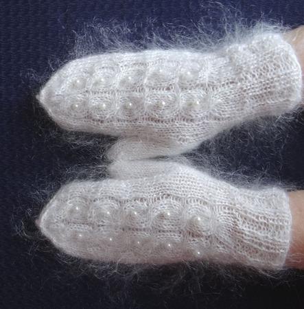 Варежки-рукавички  пуховые  вязанные украшены бусинами 3 ручной работы на заказ