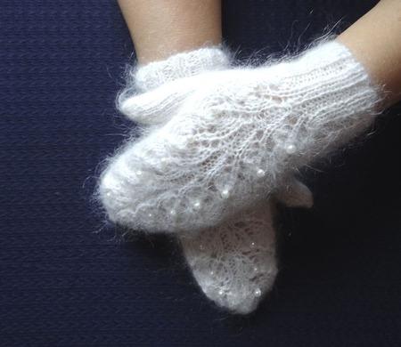 Рукавички - варежки пуховые  вязанные украшены бусинами ручной работы на заказ