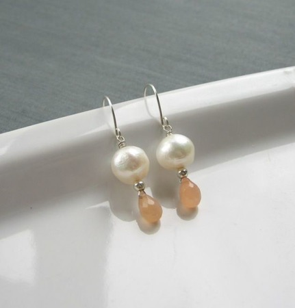 """Серьги """"Peaches & Cottons"""" из серебра с жемчугом и лунными камнями ручной работы на заказ"""