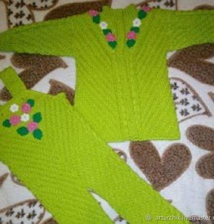 Вязаный костюм для девочки из полушерстяной детской пряжи ручной работы на заказ