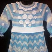 Вязаное платье для девочки из полушерстяной меланжевой пряжи