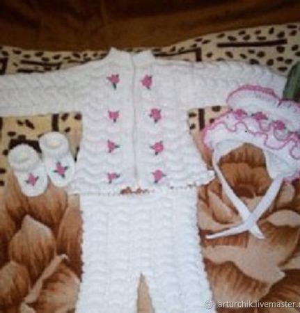 Костюм для новорожденного Белоснежка связан из акриловой пряжи ручной работы на заказ