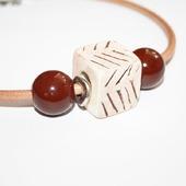 Колье чокер на кожаном шнуре с керамикой бежево-коричневый
