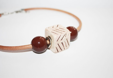 Колье чокер на кожаном шнуре с керамикой бежево-коричневый ручной работы на заказ