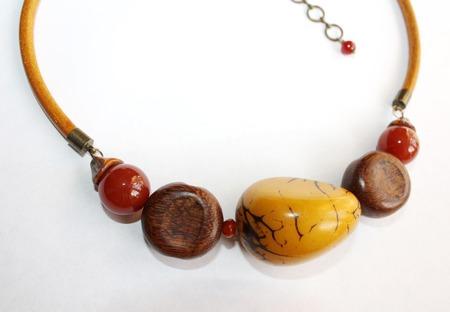 Колье-чокер на кожаном шнуре с орехом тагуа ручной работы на заказ