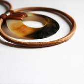 Колье-чокер на кожаном шнуре с подвеской из перламутра,бежевый