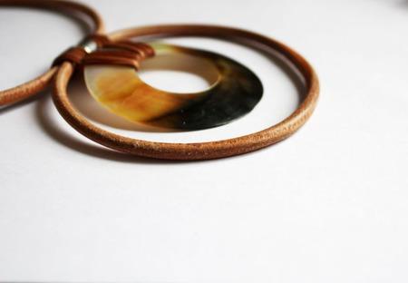 Колье-чокер на кожаном шнуре с подвеской из перламутра,бежевый ручной работы на заказ