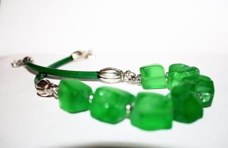 Колье на кожаном шнуре с зеленым кварцем ручной работы на заказ