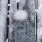 Шапуля с белым помпоном из натурального меха