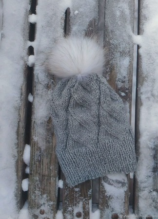 Шапуля с белым помпоном из натурального меха ручной работы на заказ