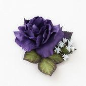 Брошь темная фиолетовая роза и белые цветочки