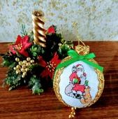 """Новогодний вышитый шар """"Дед Мороз и его помощники"""""""