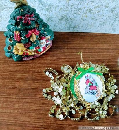 """Новогодний вышитый шар """"Дед Мороз и его помощники"""" ручной работы на заказ"""