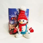Вязаная игрушка Снеговик в красной шапочке и шарфике