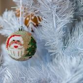 "Мастер-класс новогодний шар из бисера без крючка ""Дед мороз и елка"""