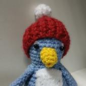 Пингвиненок в шапке с помпоном