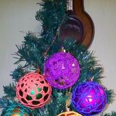 Ёлочные шары в обвязке - украшение на ёлку